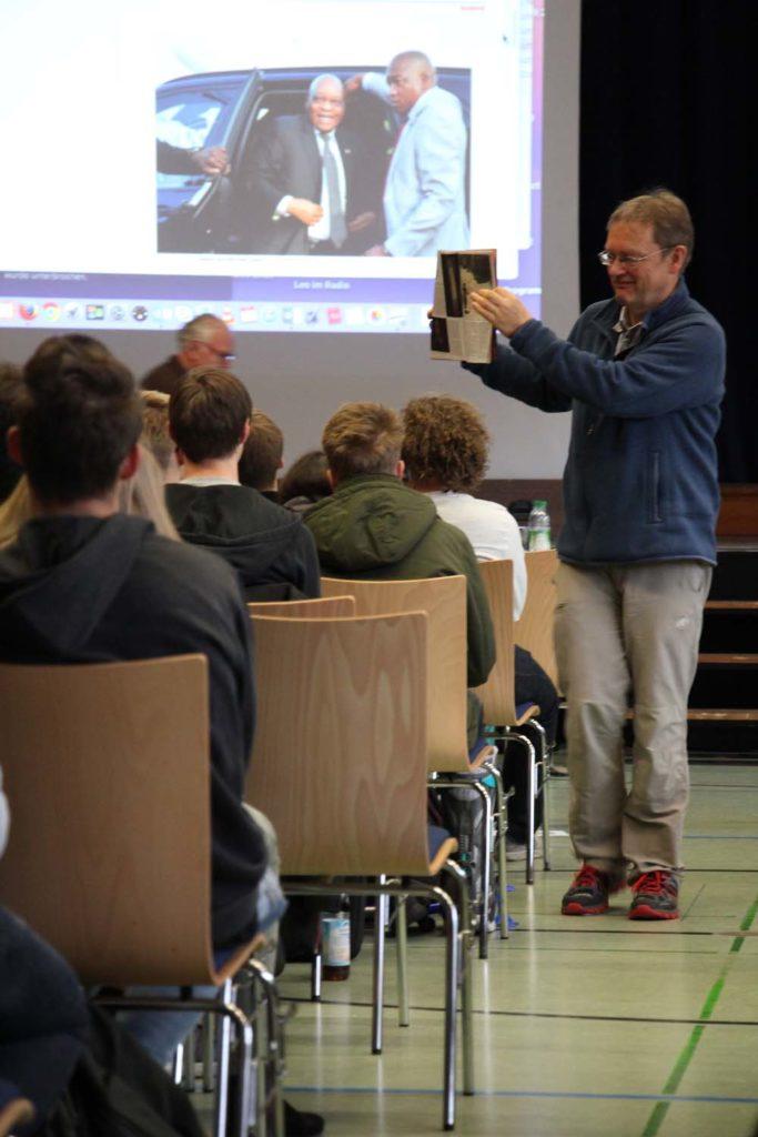 Während am Beamer noch die Vorab-Fassung zu sehen ist, zeigt Herr Schreiner die finale Version des Beitrags in der Print-Ausgabe des Spiegels