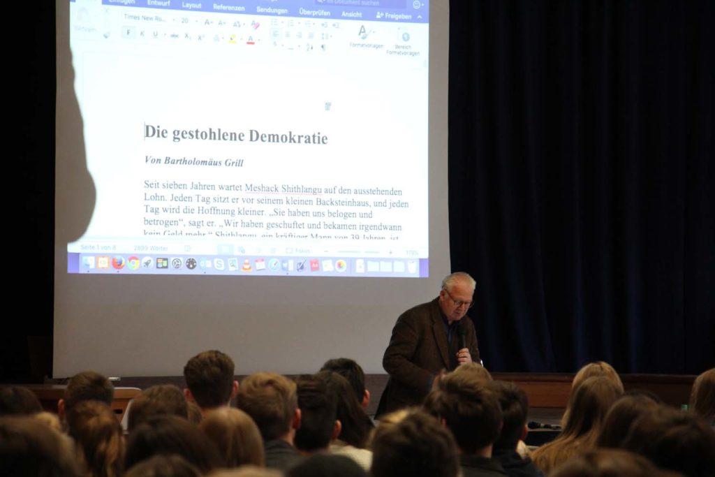 Bartholomäus Grill zeigt die erste Fassung eines von ihm geschriebenen Beitrags.