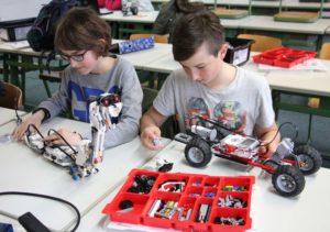 2-schueler-bauen-die-lego-schlange-und-ein-gelaendefahrzeug
